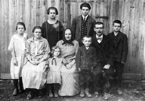 Převozník Karel Prošek se svou maminkou, manželkou Karolínou a šesti dětmi